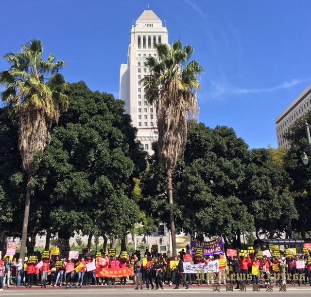 市府大楼前的抗议民众。庞可阳摄