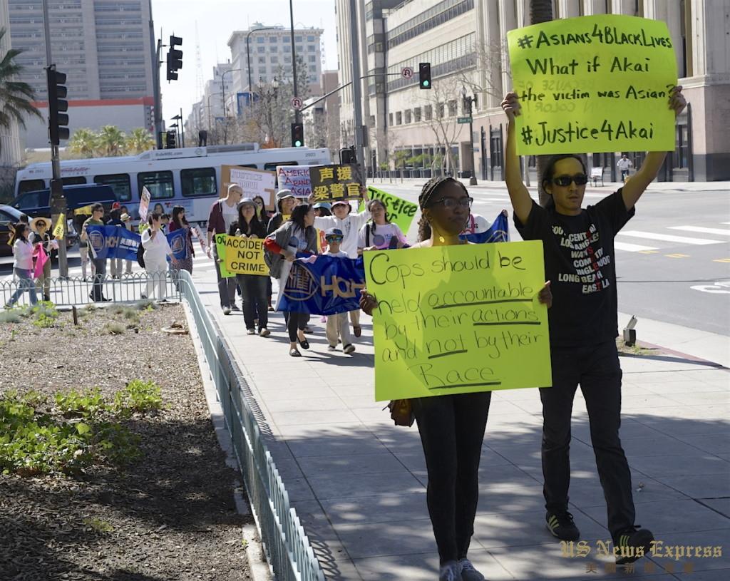 代表死者前来抗议的两人走在华权会的队伍前。庞可阳摄