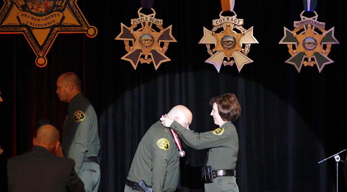 赫琴斯(右)为获奖者颁发奖章。庞可阳摄