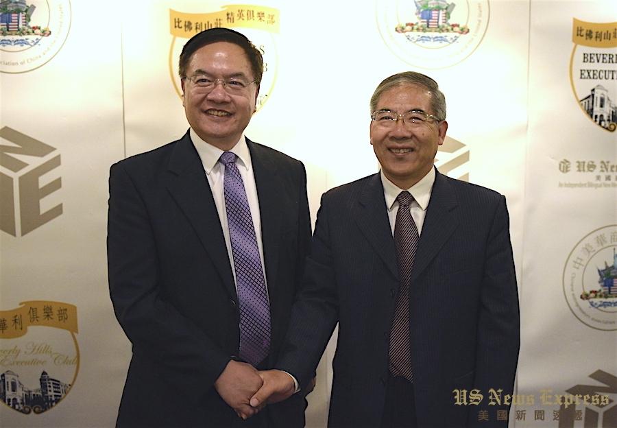 美国华人总商会会长程远(左)与山东电子商务协会荣誉会长孙志恒(右)。庞可阳摄