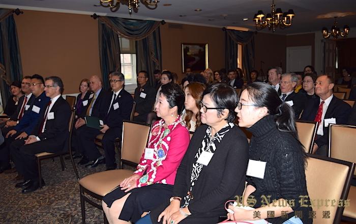 60多名医学院教授与学者出席了当天的欢迎仪式。庞可阳摄