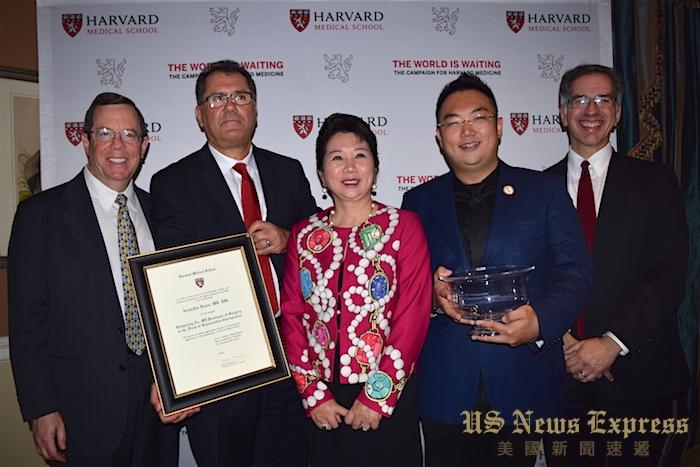 霍德特(左1)、柴可夫(右1)向李俐(中)、徐鹏(右2)、维斯颁赠聘书与哈佛医学院水晶碗。庞可阳摄