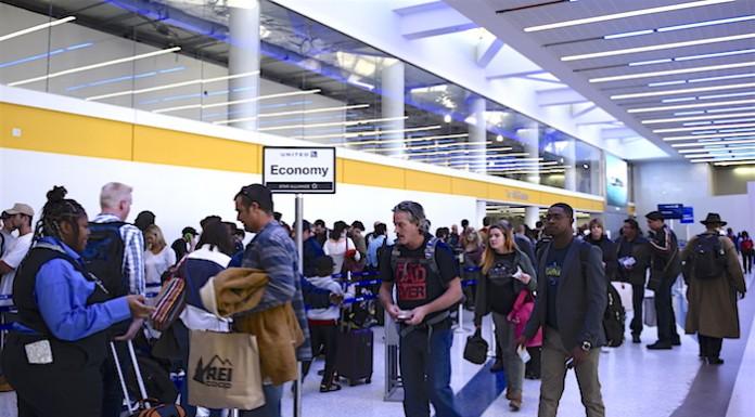 美国禁止中东十机场携带大型电子设备登机。庞可阳摄