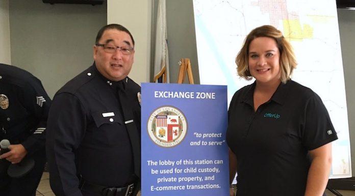 洛杉矶市警局副局长加藤介绍「电子商务交换区」。警局提供