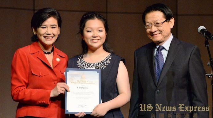美国国会议员赵美心和前加州议员伍国庆为苏馨怡颁发贺状。