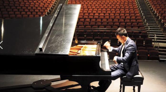 文小影是一名优秀的钢琴演奏家。取自社交网络