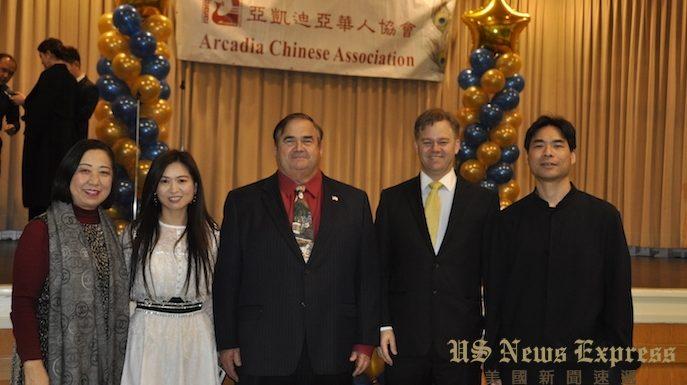 阿凯迪亚市华协会长罗安仁(右二)、第一副会长李宛倩(左二)与市长彼得.阿曼森(中)及汪老师美术学院汪蕾院长(左一)等合影。宗英摄